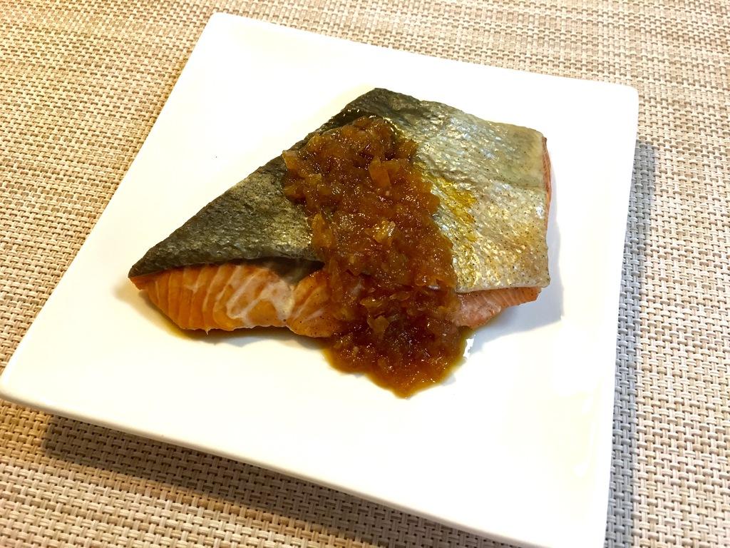 鮭のシャリアピンソースがけ